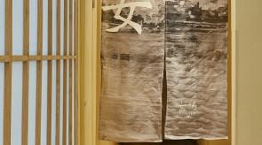 現地の風景を背景にした暖簾